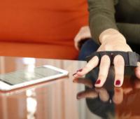 Tap Strap: un teclado para tu muñeca que te permitirá usar gestos para escribir sobre cualquier superficie