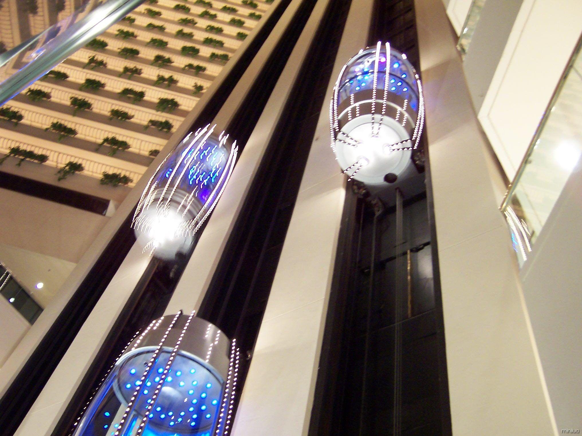 ¡Increíble! El elevador futurista SkyPod se desplaza por el exterior de un rascacielos