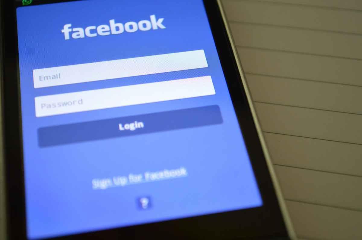 Facebook apuesta por la inteligencia artificial y deja las prioridades de los moderadores humanos es sus manos